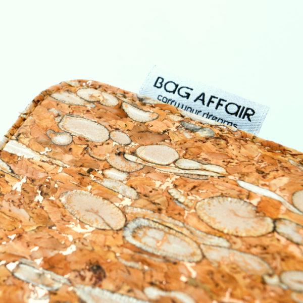 Zoom sur un coin de la pochette pour tablette Bag Affair en liège naturel et fenouil