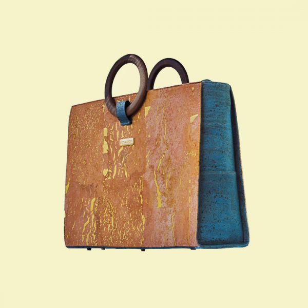 Bossy business bag from Bag Affair in natural-gold and green cork in front of a light beige background