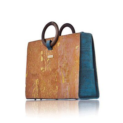Sac business Bossy de Bag Affair en liège naturel et doré en liège vert avec poignées en bois de noyer avec un fond blanc