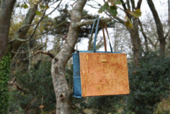 Bag Affair sac d'affaires Classy en liège vert suspendu à une branche d'arbre
