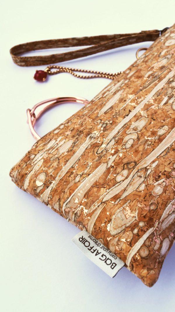 Pochette de fenouil et de liège de Bag Affair, vue détaillée ouverte avec bijoux en or rose