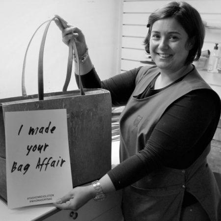 Photo en noir et blanc de l'un des fabricants de sacs de la marque Bag Affair