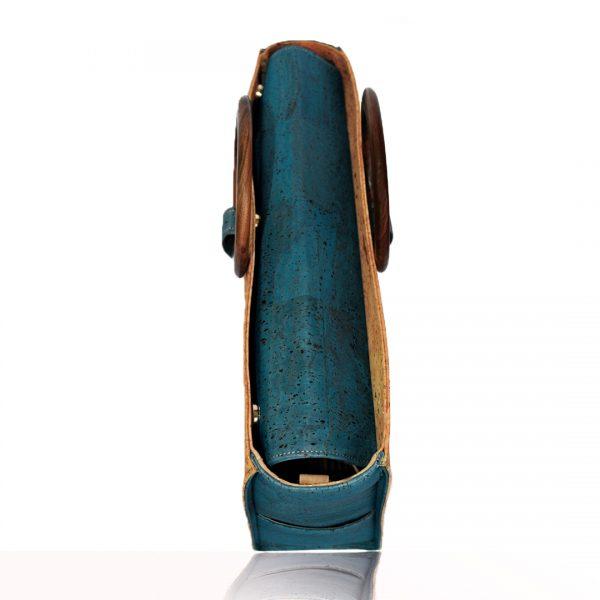 Vue de dessus sur le sac d'affaires en liège vert Bossy de Bag Affair montrant la fermeture complète grâce aux aimants ainsi que les poignées rondes en bois positionnées sur le côté.