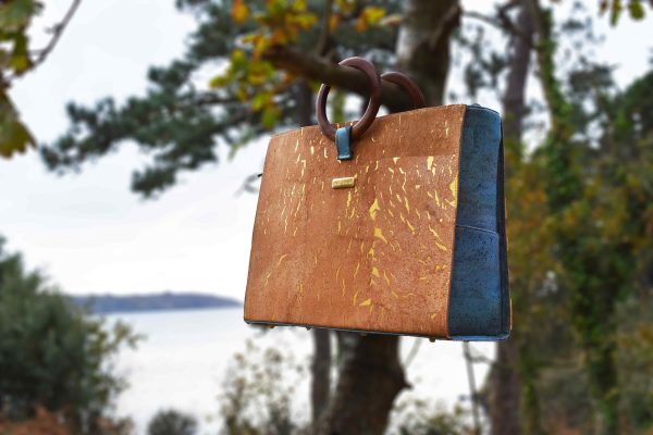 Sac en liège naturel, vert et doré, suspendu aux branches avec poignées rondes en bois