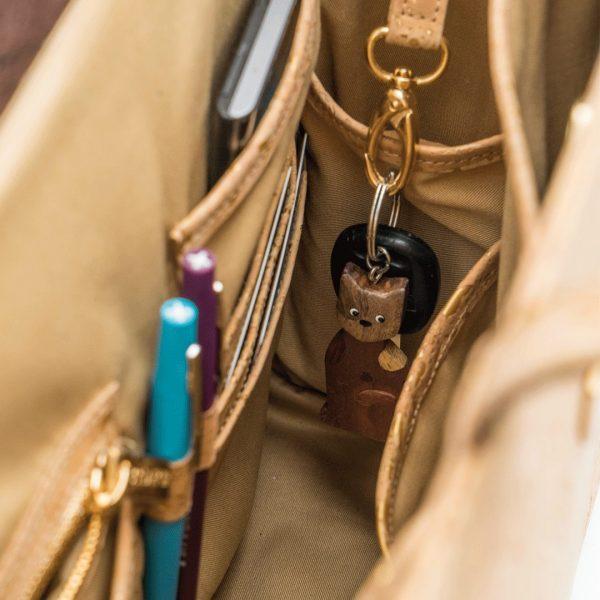 Photo intérieure d'un sac de travail Bossy montrant des poches pour organiser des cartes de visite, des clés et des stylos