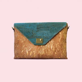 Vue avant du sac d'ordinateur portable en liège naturel et vert Sassy de Bag Affair, couleur de fond rose.