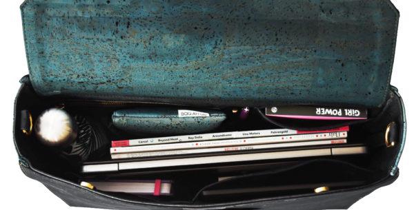 Vue intérieure du sac d'affaires Classy montrant un ordinateur portable, des documents, des livres et des stylos