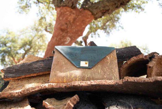 Sac à main Sassy sur une pile d'écorces de liège devant un chêne-liège fraîchement récolté avec le numéro 9 inscrit dessus